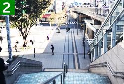 新宿駅東南口広場の階段を下ります。